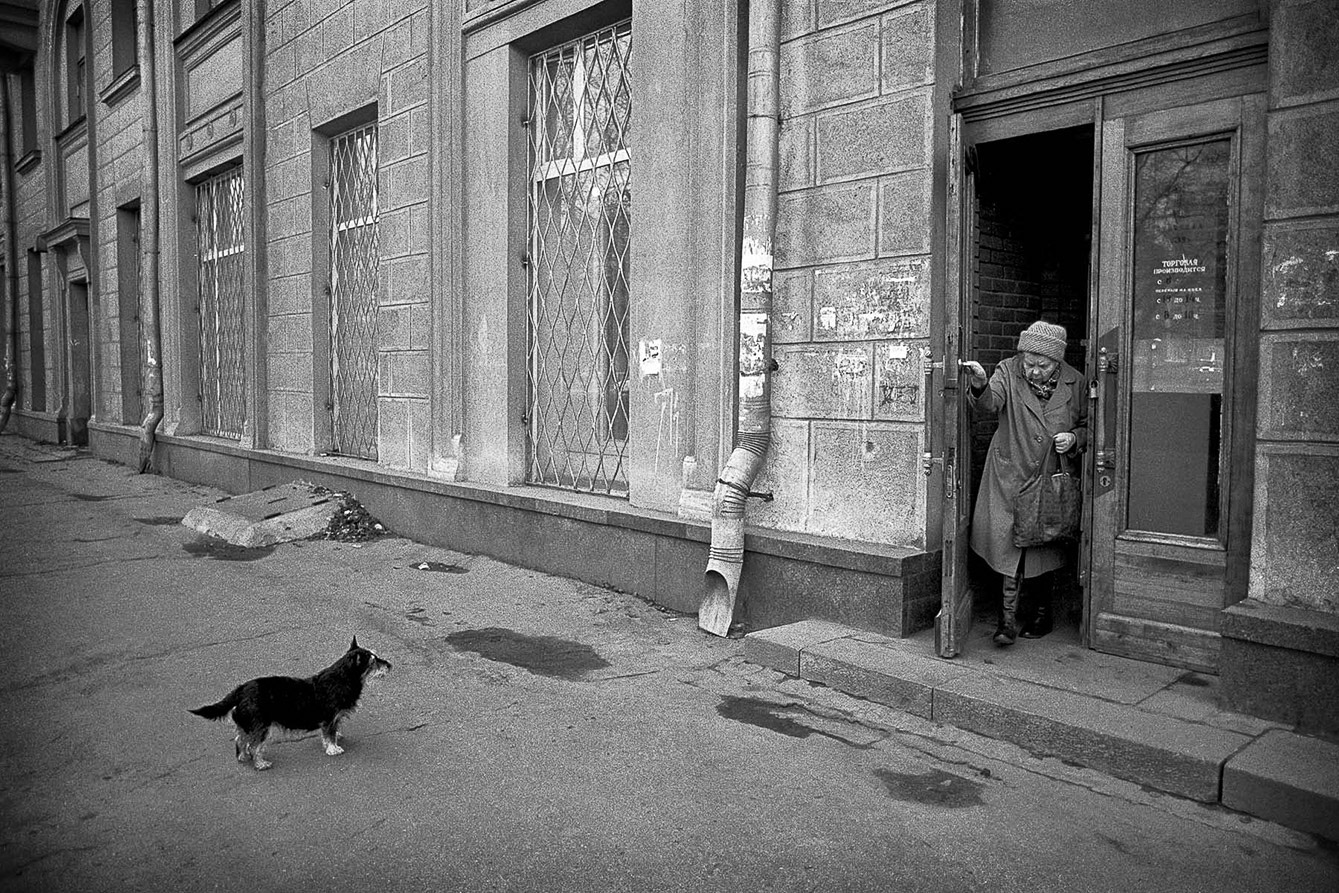 MOSCOW_DOG_WOMAN_BKEX